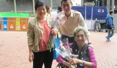 2013年5日12日母親節派花給街坊