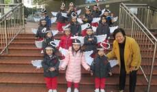 2013年12月19日晨早幼稚園學生已在街頭巷尾報佳音,看看小朋友自制聖誕心意咭,仲有曲奇餅送贈,真的甜在心